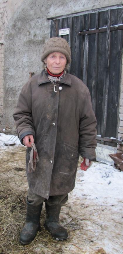 Starsza kobieta tryska